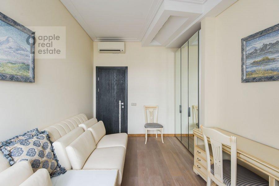 Children's room / Cabinet of the 3-room apartment at Staropimenovskiy pereulok 10