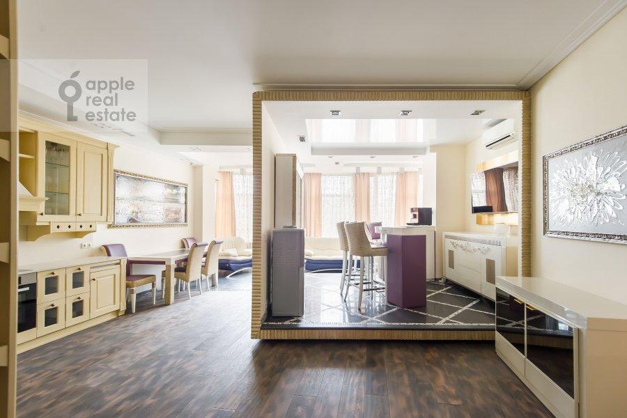 Living room of the 3-room apartment at Staropimenovskiy pereulok 10