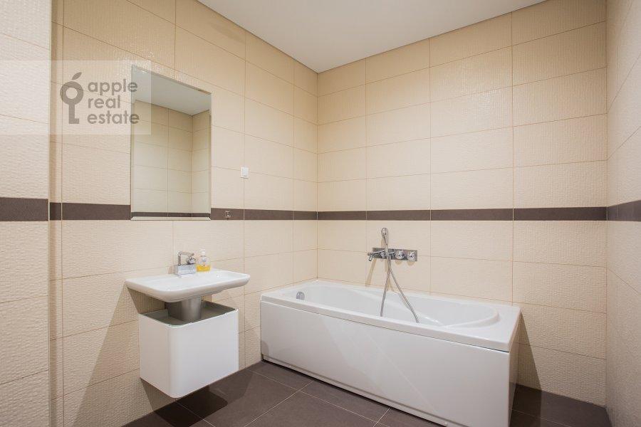 Bathroom of the studio apartment at Presnenskaya naberezhnaya 8s1