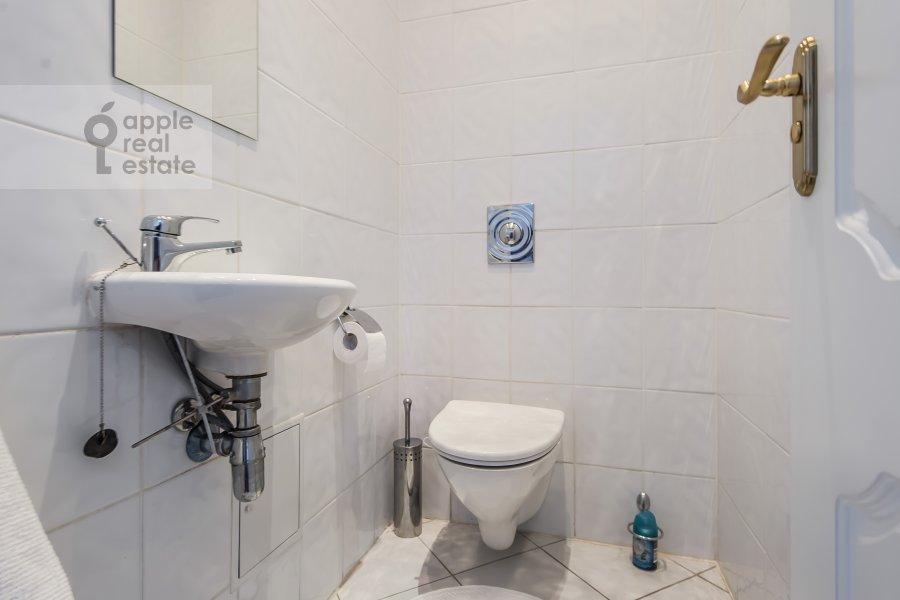 Bathroom of the 3-room apartment at Starokonyushennyy pereulok 5/14