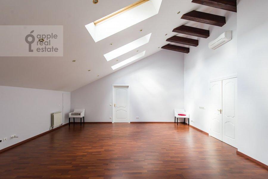 Living room of the 3-room apartment at Starokonyushennyy pereulok 5/14