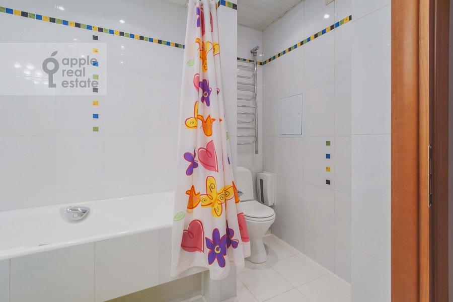 Bathroom of the 2-room apartment at Arbat Novyy ul. 10