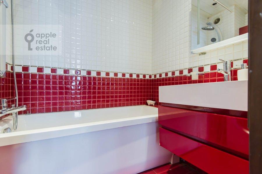 Bathroom of the 3-room apartment at Arbat Novyy ul. 26