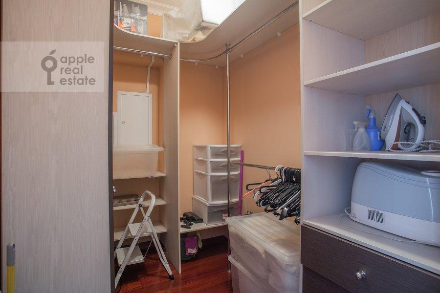 Гардеробная комната / Постирочная комната / Кладовая комната в 4-комнатной квартире по адресу Тверская ул. 19