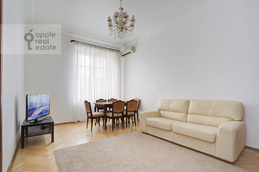 Living room of the 4-room apartment at Nikolaeva ul. 4