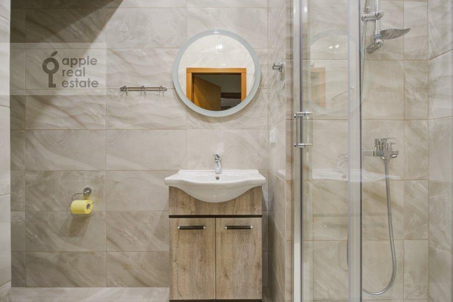 Bathroom of the 4-room apartment at Nikolaeva ul. 4