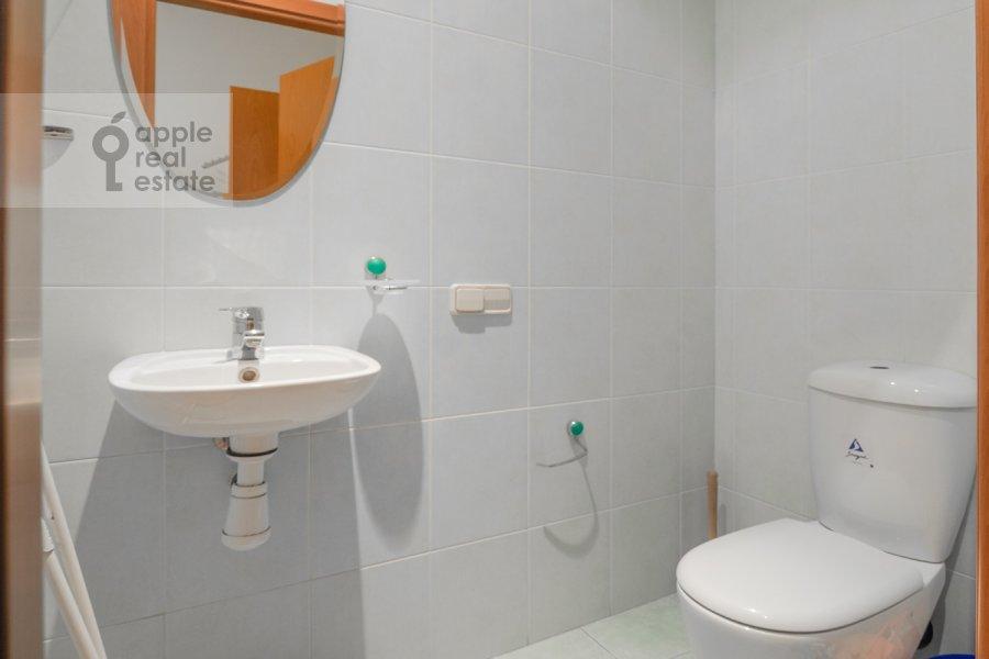 Bathroom of the 4-room apartment at Lyalin per. 20