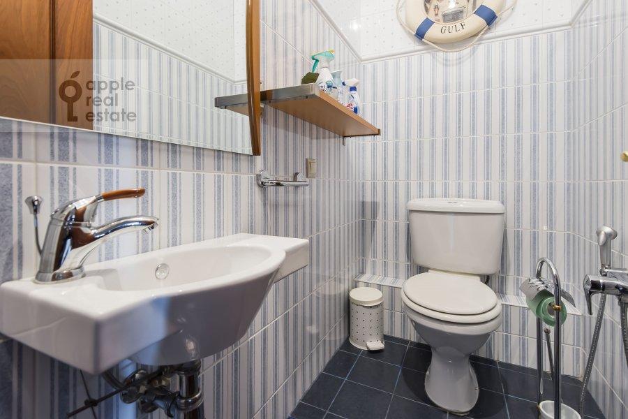 Санузел в 4-комнатной квартире по адресу Новинский бульв. 18c1