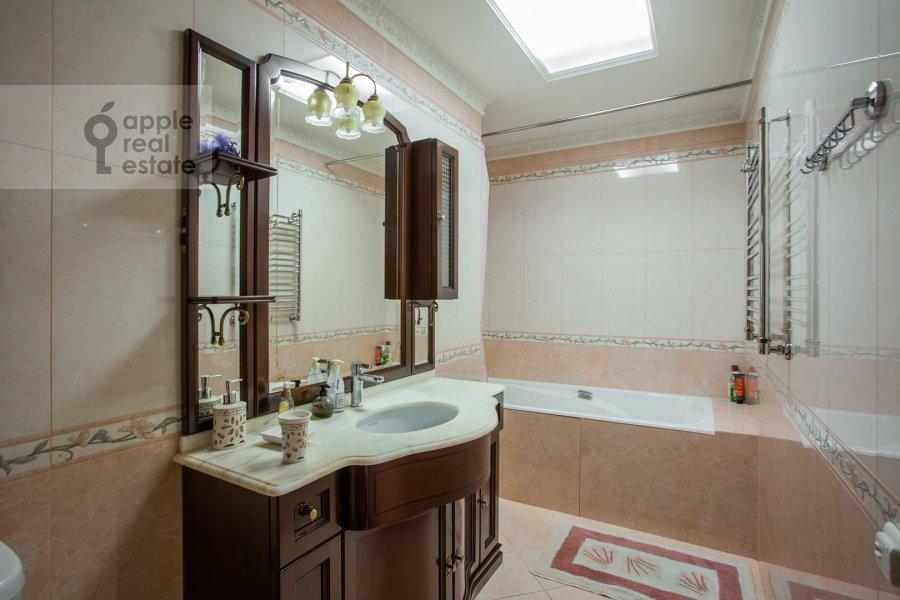 Санузел в 4-комнатной квартире по адресу Подсосенский пер. 3к3