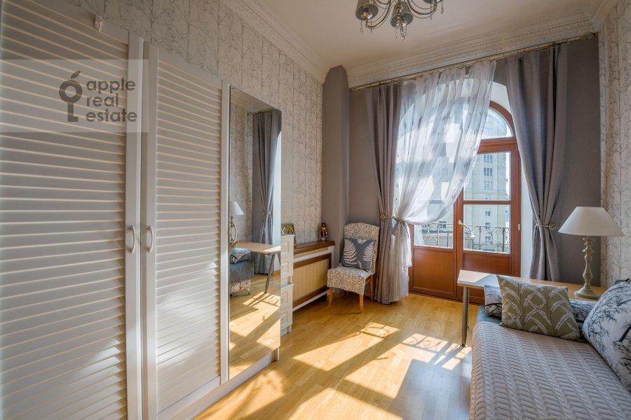 Children's room / Cabinet of the 3-room apartment at Smolenskaya naberezhnaya 5/13