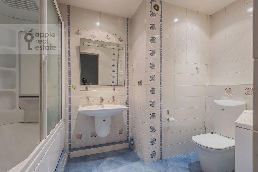 Санузел в 4-комнатной квартире по адресу Пулковская ул. 4 к 3