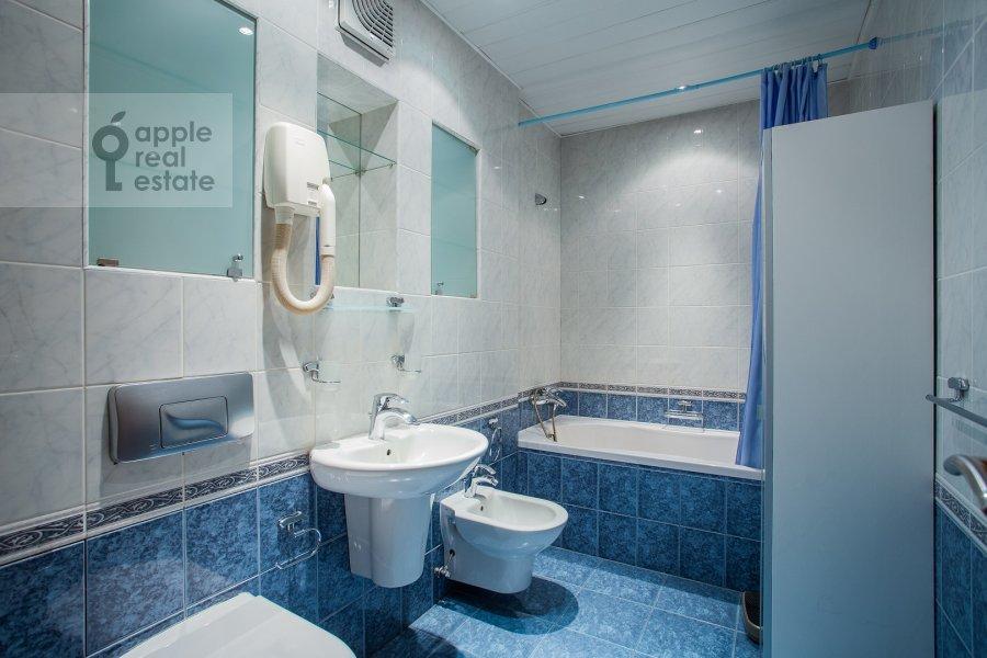 Bathroom of the 6-room apartment at 3-ya Tverskaya-Yamskaya ulitsa 44