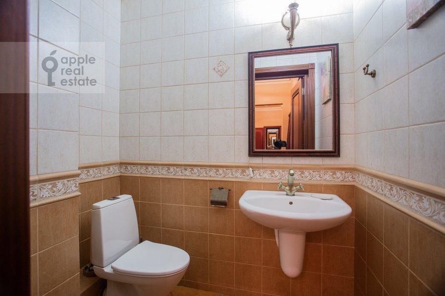 Санузел в 3-комнатной квартире по адресу Тверская ул. 28к1