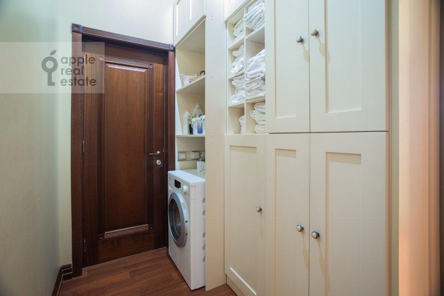 Гардеробная комната / Постирочная комната / Кладовая комната в 3-комнатной квартире по адресу Тверская ул. 28к1
