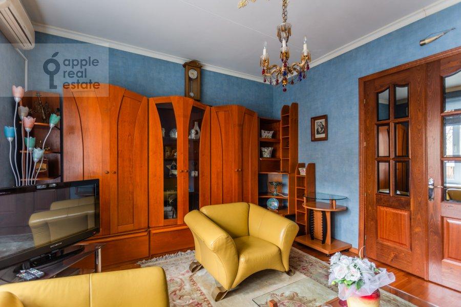 Living room of the 2-room apartment at Patriarshiy Malyy per. 3