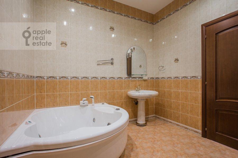 Bathroom of the 4-room apartment at Obydenskiy 1-y per. 5
