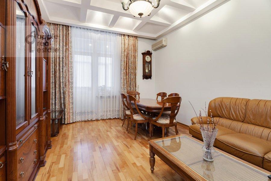 Living room of the 4-room apartment at Serafimovicha ul. 2
