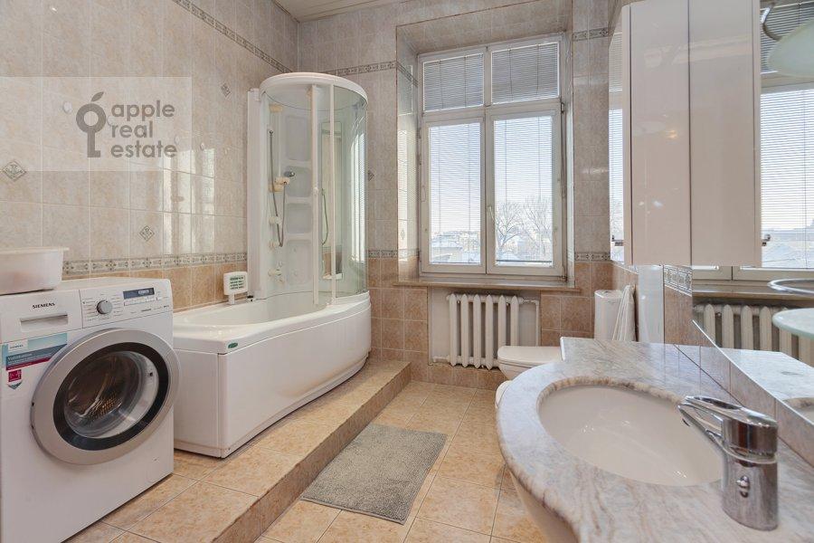 Bathroom of the 4-room apartment at Serafimovicha ul. 2