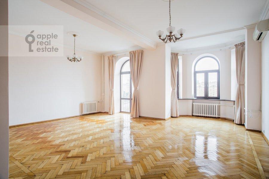 Living room of the 4-room apartment at Smolenskaya naberezhnaya 5/13