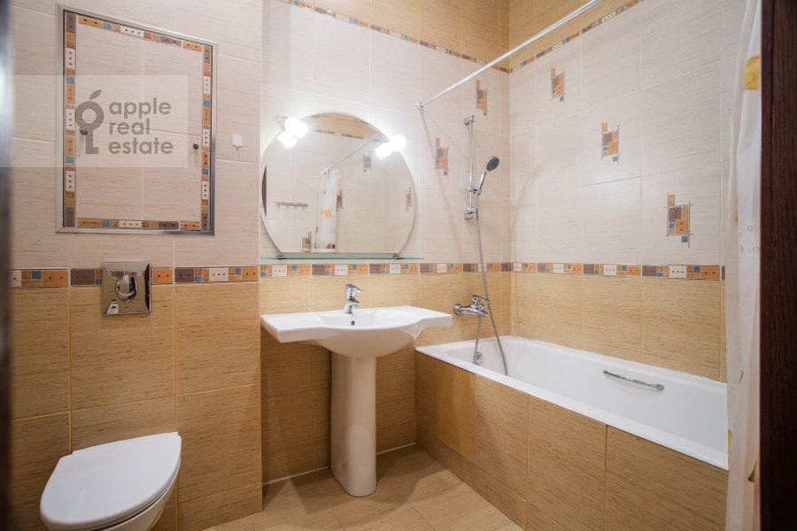 Bathroom of the 4-room apartment at Smolenskaya naberezhnaya 5/13