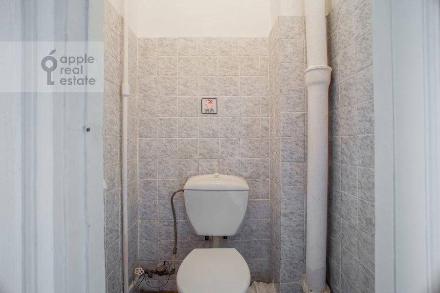 Bathroom of the 4-room apartment at Smolenskiy bul'v. 15