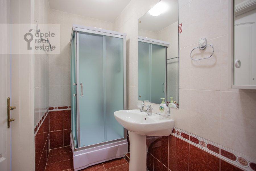 Bathroom of the 5-room apartment at Znamenka ul. 13s1