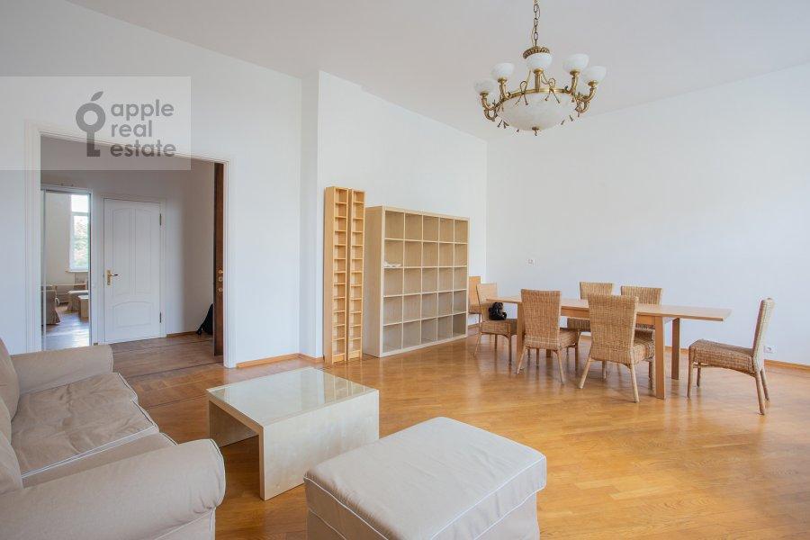Living room of the 5-room apartment at Znamenka ul. 13s1