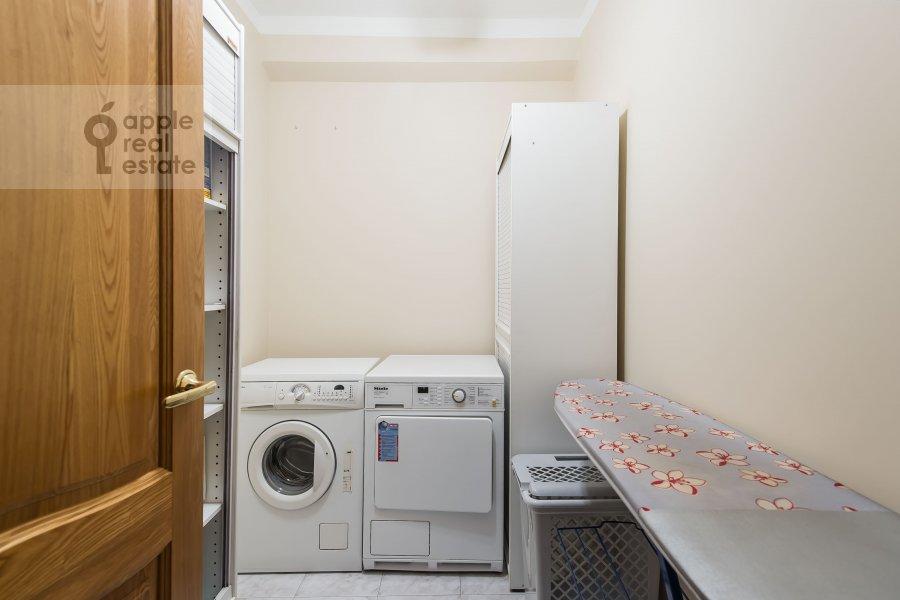 Гардеробная комната / Постирочная комната / Кладовая комната в 4-комнатной квартире по адресу Зоологическая ул. 2
