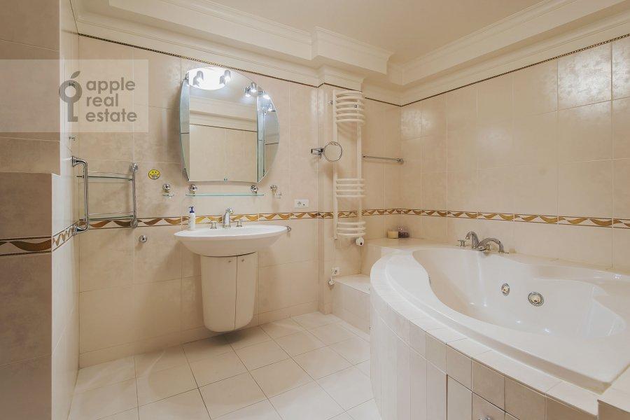 Bathroom of the 4-room apartment at Zoologicheskaya ul. 2
