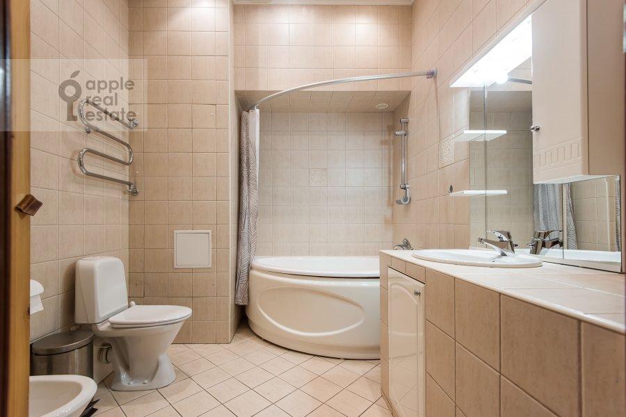 Санузел в 5-комнатной квартире по адресу Тверская ул. 6с6