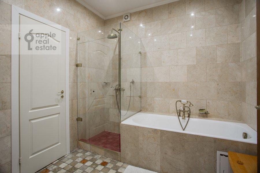 Санузел в 3-комнатной квартире по адресу Арбат ул. 51с1