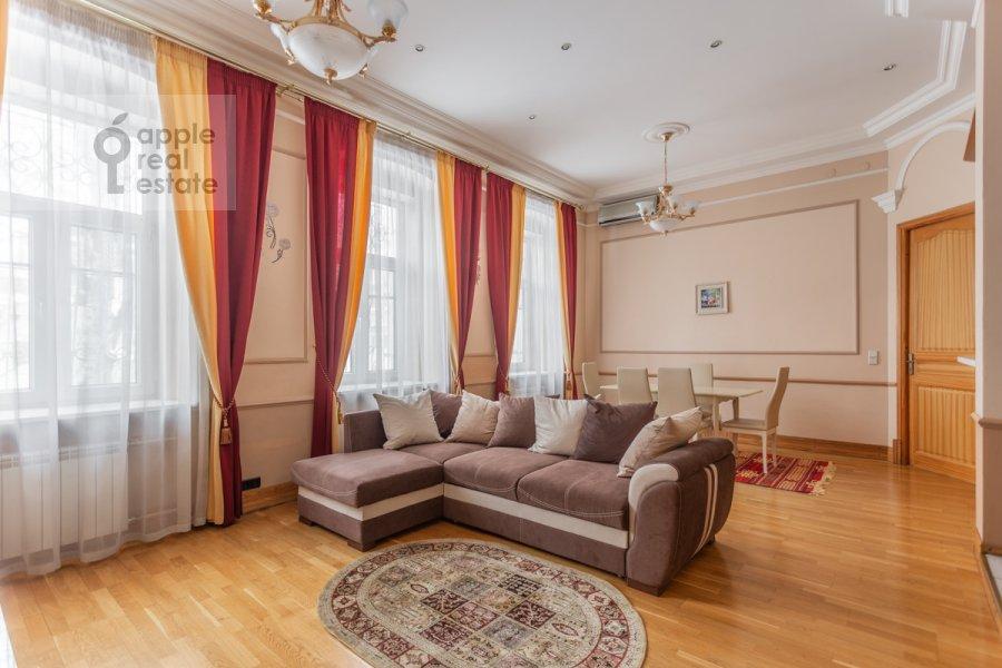 Гостиная в 4-комнатной квартире по адресу Армянский пер. 7