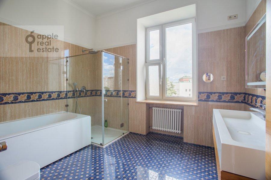 Bathroom of the 6-room apartment at Leont'evskiy per. 15
