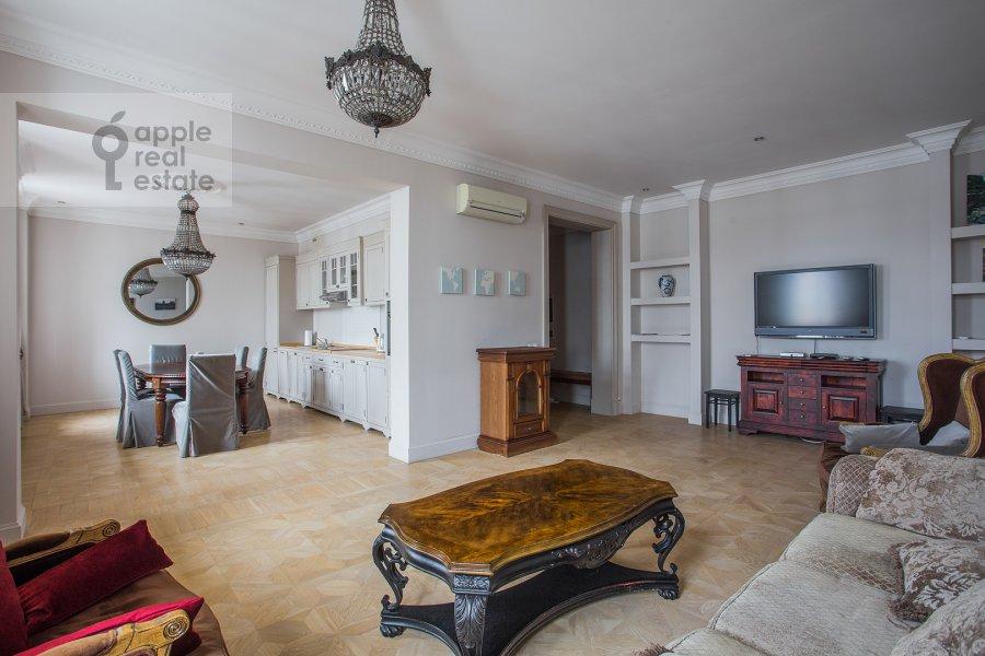 Гостиная в 3-комнатной квартире по адресу Милютинский пер. 3