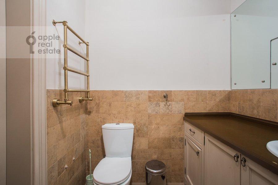 Санузел в 3-комнатной квартире по адресу Милютинский пер. 3