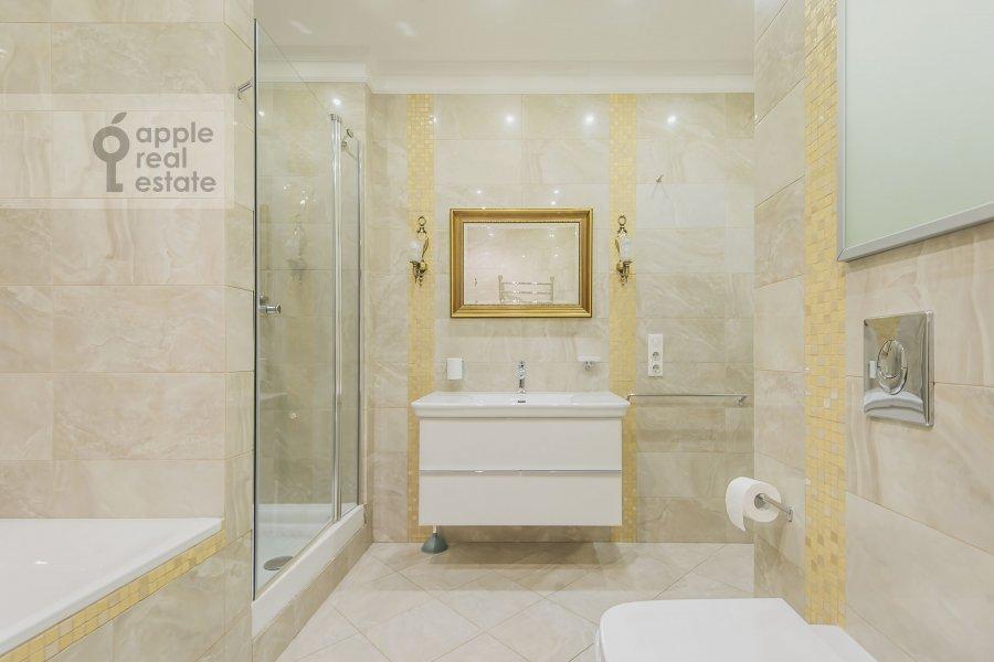Bathroom of the 4-room apartment at Ozerkovskaya nab. 26