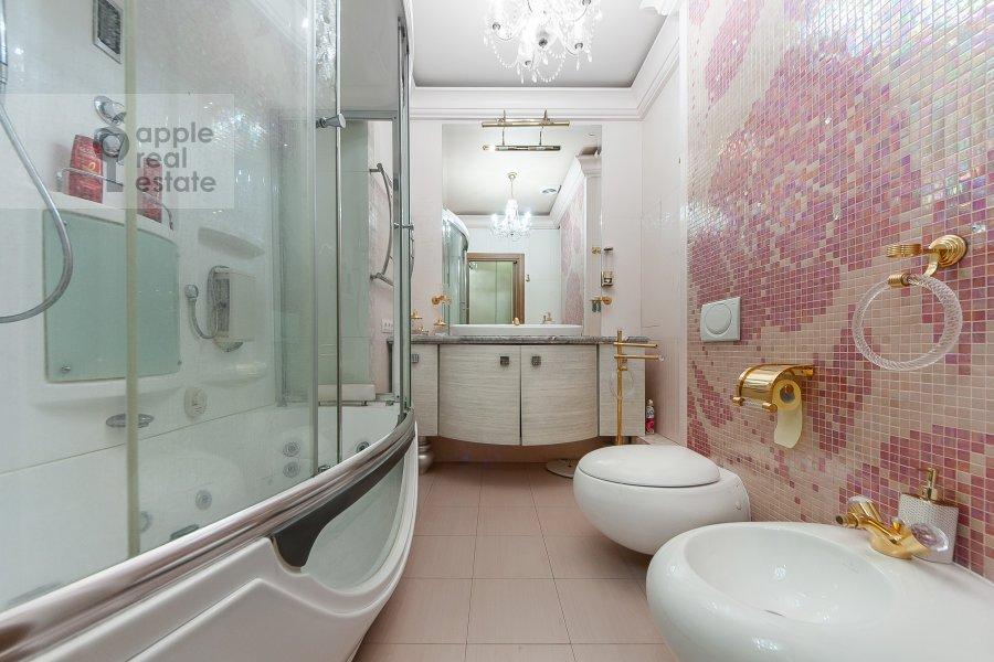 Bathroom of the 4-room apartment at Davydkovskaya ulitsa 16