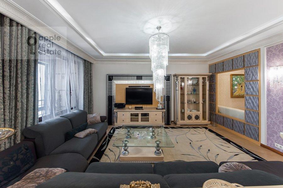 Living room of the 4-room apartment at Davydkovskaya ulitsa 16