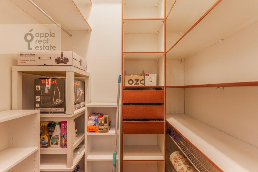 Гардеробная комната / Постирочная комната / Кладовая комната в 5-комнатной квартире по адресу Тверская ул. 28с1