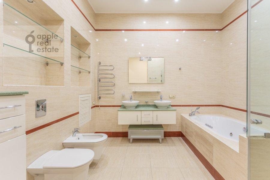 Санузел в 5-комнатной квартире по адресу Тверская ул. 28с1