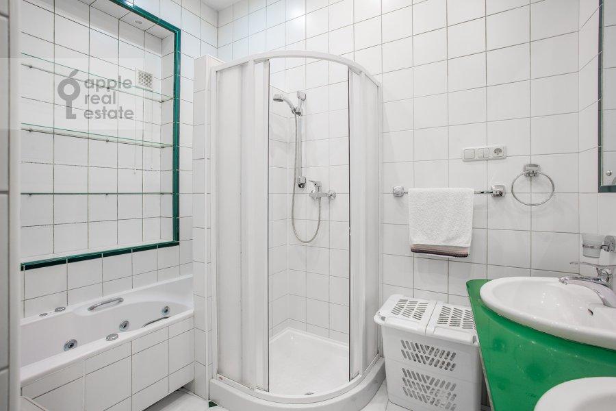 Санузел в 3-комнатной квартире по адресу Малый Левшинский переулок 7
