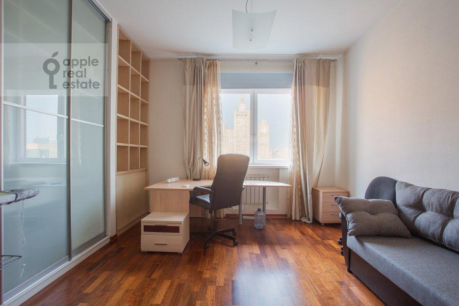 Детская комната / Кабинет в 4-комнатной квартире по адресу Красная Пресня ул. 7