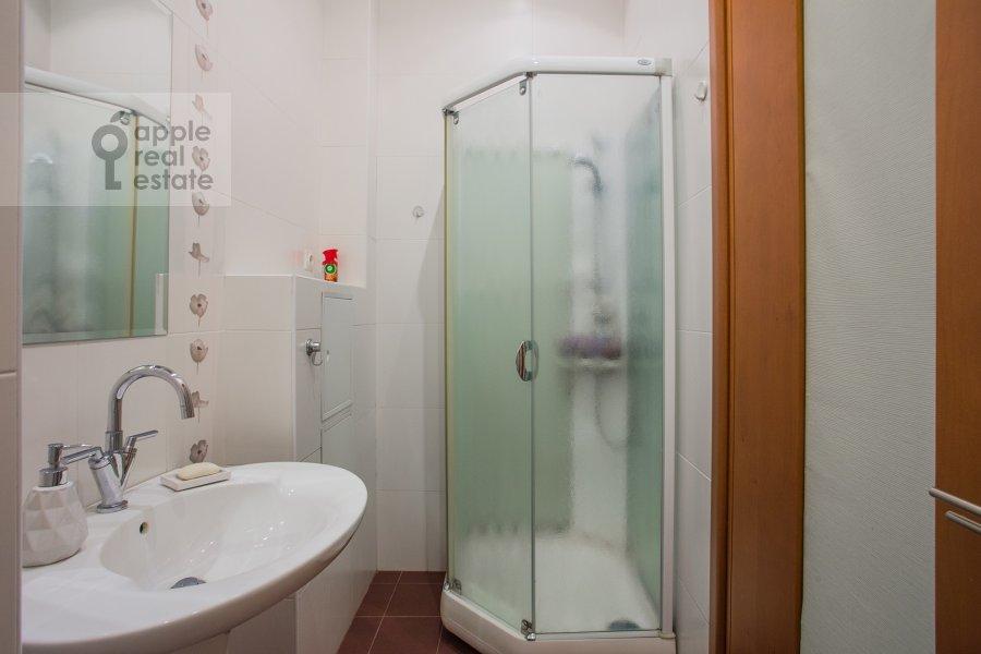 Bathroom of the 4-room apartment at Krivokolennyy per. 14