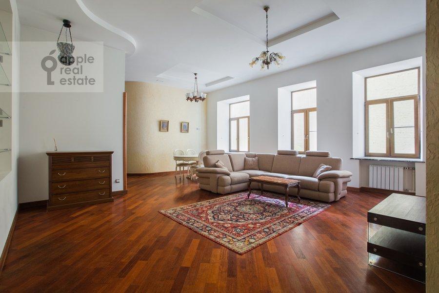 Living room of the 4-room apartment at Krivokolennyy per. 14