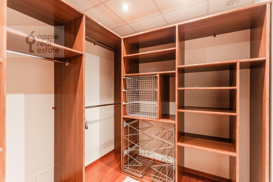 Гардеробная комната / Постирочная комната / Кладовая комната в 3-комнатной квартире по адресу Климентовский пер. 2
