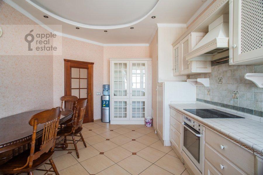 Кухня в 5-комнатной квартире по адресу Авиационная ул. 79к1