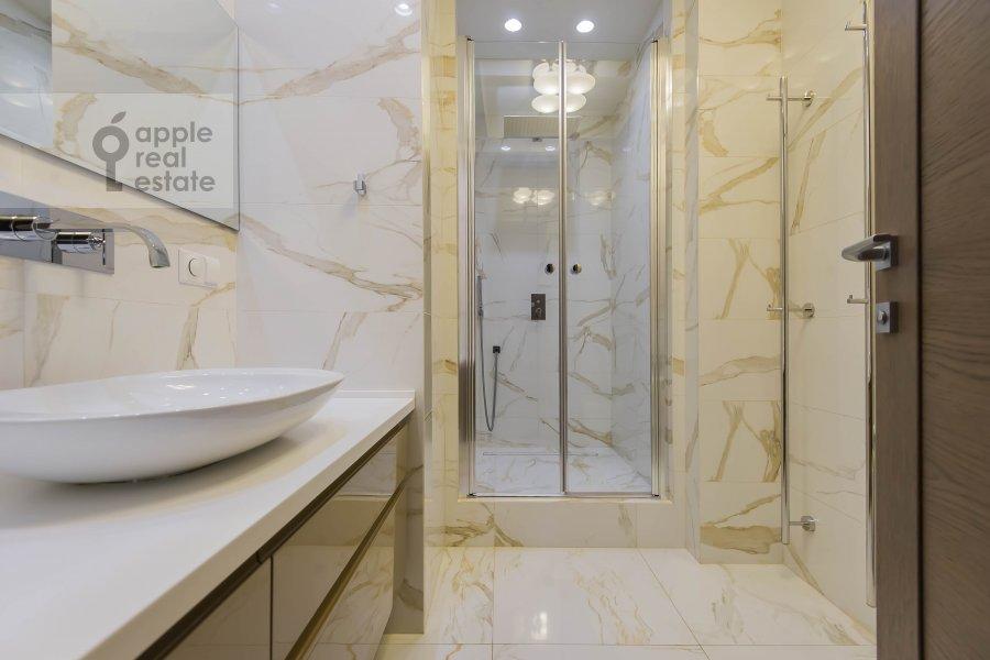 Bathroom of the 5-room apartment at Bol'shoy Patriarshiy pereulok 8