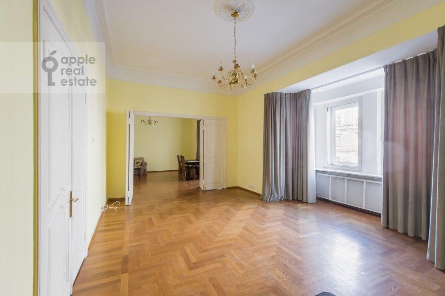 Гостиная в 4-комнатной квартире по адресу Тверская ул. 27с2