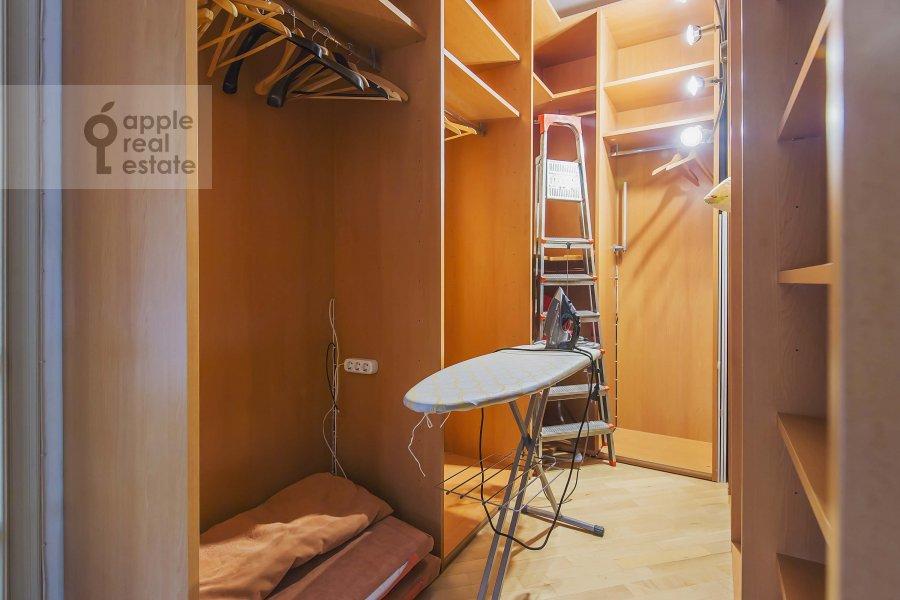 Walk-in closet / Laundry room / Storage room of the 4-room apartment at Arbat ul. 43