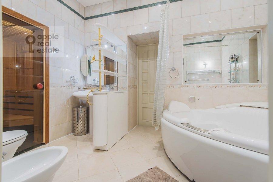 Bathroom of the 4-room apartment at Arbat ul. 43